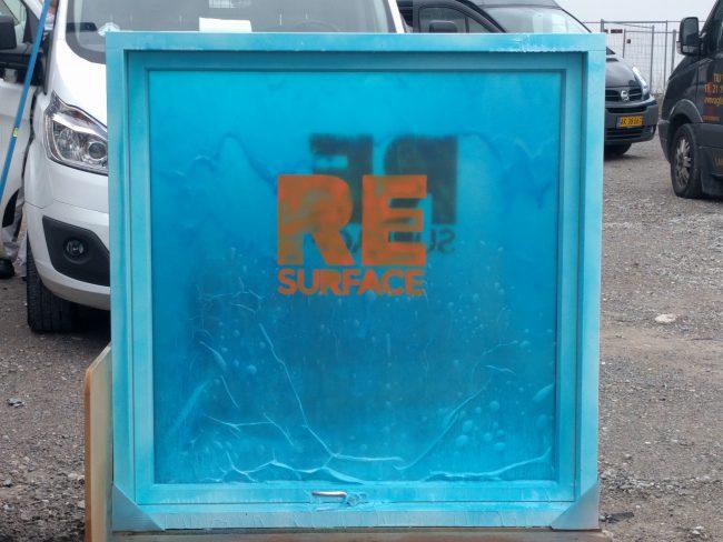 Et nyt vindue, pakket ind i turkis plast.