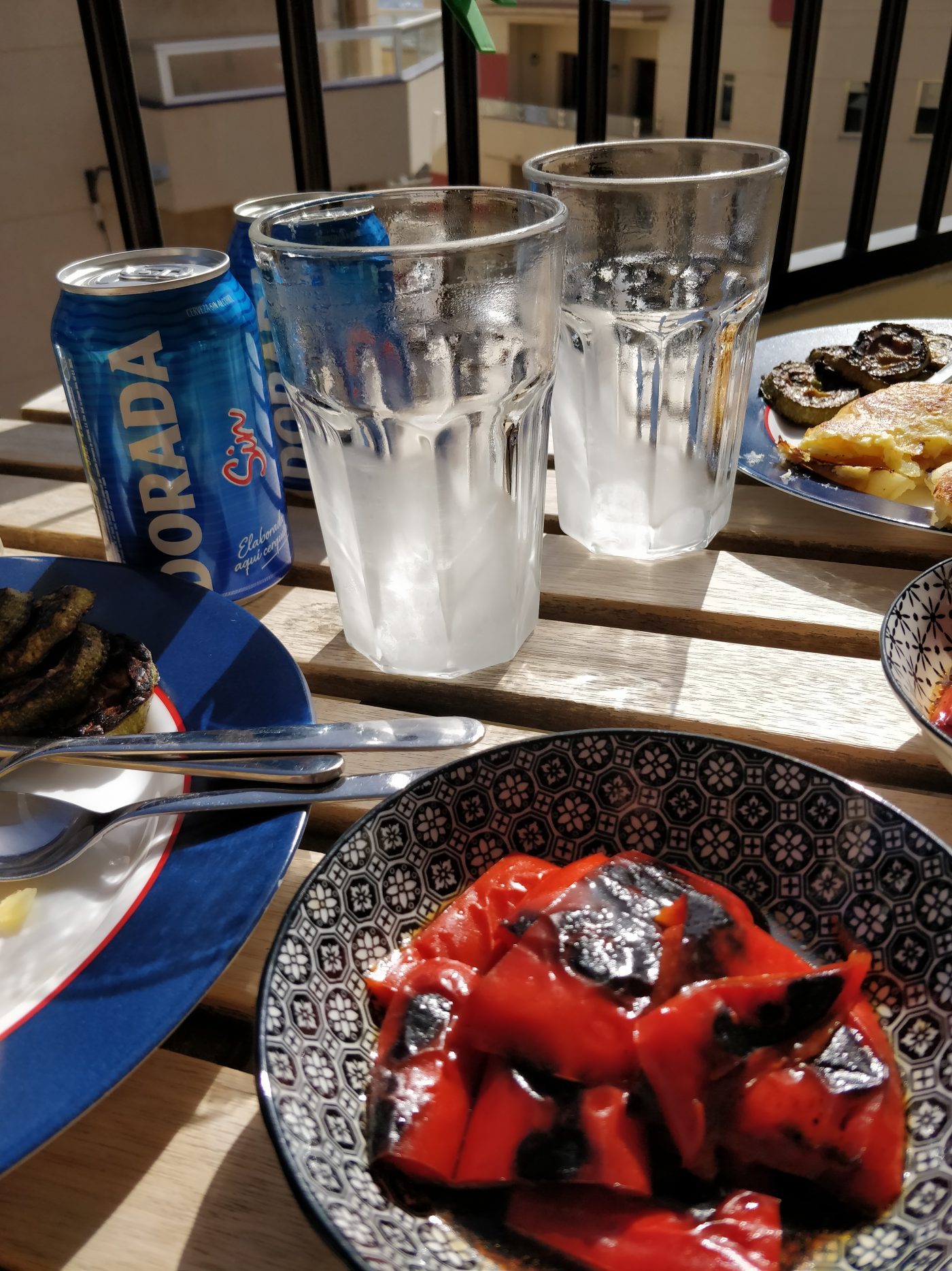 Frokost i solen på altanen.