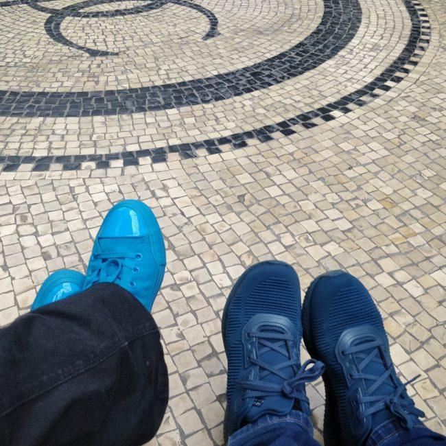 Damer med blå sko besøger Glyptoteket