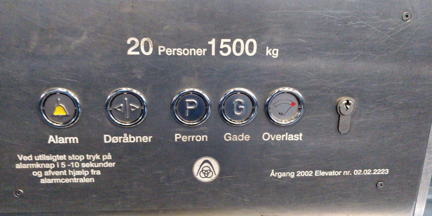 Elevator på Dybbølsbro station. Alt for mange knapper, ingen pile, kun tekster.