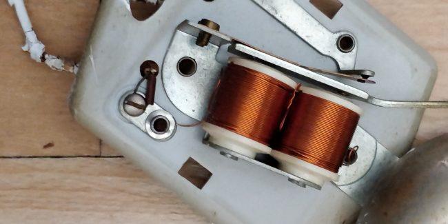 Gammel ringeklokke med to kobberruller.