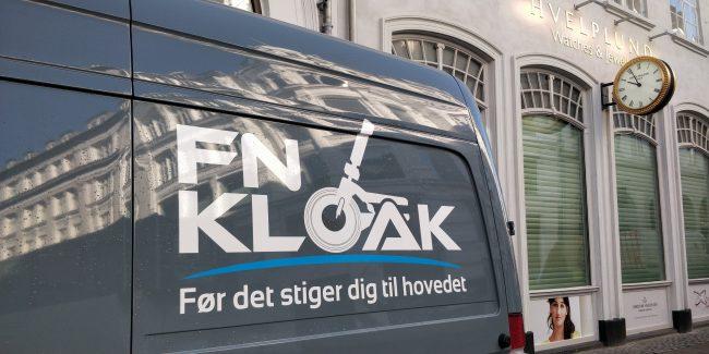 En blå varevogn med teksten: FN Kloak. Før det stiger dig til hovedet.