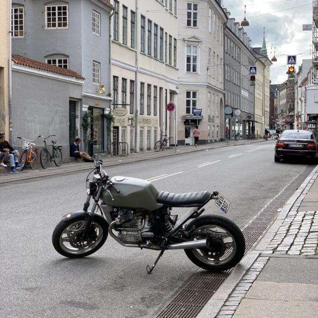 En gammel, flot motorcykel parkeret på tværs på Rådhusstræde i København